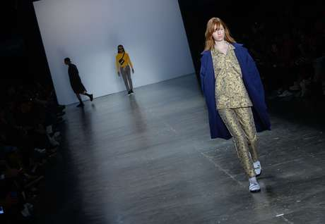 A estreante Cotton Project tem uma roupa confortável e urbana para homens, mas que caiu no gosto da garotas; na foto look que lembra pijama, tendência em alta
