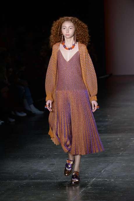 A grife mineira Gig, que faz tricô de alta perfomance, trouxe vestidos mais leves e soltos para o seu verão 2017
