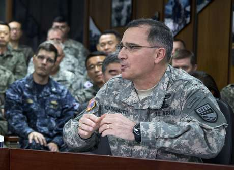 En esta imagen del 26 de abril del 2014, el general del ejército Curtis Scaparrotti habla en la guarnición estadounidense de Yongsan en Corea del Sur. El Senado confirmó a Scaparrotti como comandante estadounidense supremo en Europa