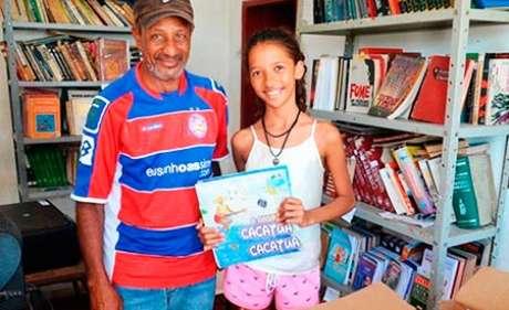 A pequena Maria Clara resolveu abrir uma biblioteca para incentivar o hábito da leitura nas crianças e adolescentes do povoado