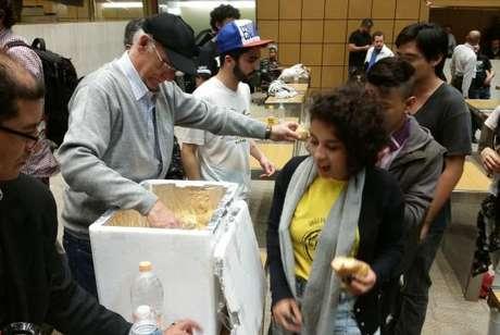 O padre Júlio Lancellotti entrou no plenário com uma caixa cheia de pães e distribuiu aos alunos