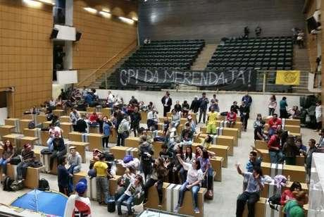 Estudantes que ocuparam a Assembleia Legislativa do Estado de São Paulo (Alesp) pedem que uma CPI investigue fraudes na merenda escolar do Estado