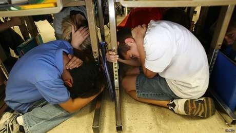 Todos os anos, os californianos participam de treinamentos para caso de terremoto
