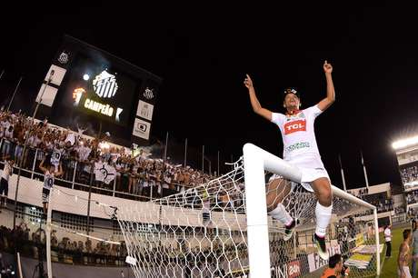 David Braz comemora título paulista em cima da trave da Vila Belmiro