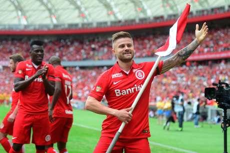 Eduardo Sasha abriu o caminho da vitória e da festa do Inter