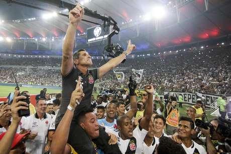 Jorginho faz festa com torcedores vascaínos b848a04d8509e