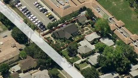 Do alto, delimitado por linhas vermelhas, o terreno, com a casa, horta e pomar da família Dervaes