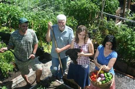 A família inteira se dedica ao projeto de horta urbana