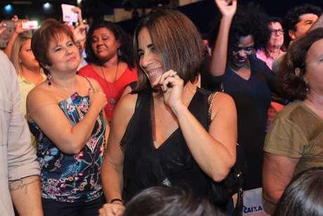 Glória Pires caiu no samba durante a participação da bateria da Portela no show do marido