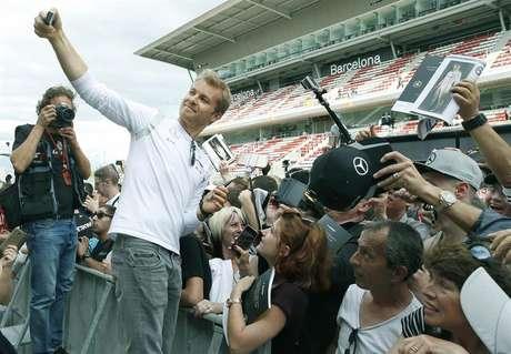 Nico Rosberg, piloto alemão da Mercedes, faz selfie com fãs durante tradicional sessão de autógrafos nos treinos livres para o GP de Espanha de Fórmula 1.