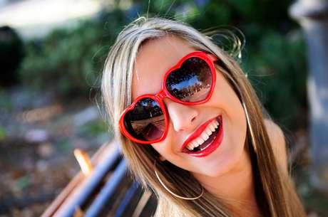 Quando a quantidade e a qualidade salivar estão adequadas, os dentes até podem ter contato com os lábios, mas a saliva forma um filme protetor ao redor deles impedindo que o batom grude na sua superfície