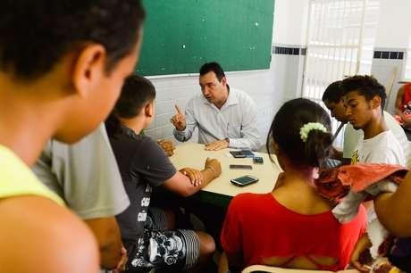 Alunos desocupam colégio na Ilha do Governador, no Rio