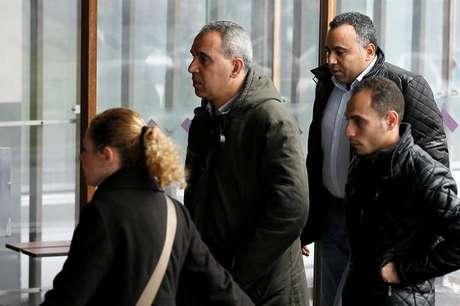 Familiares dos passageiros chegam ao hotel onde foi montado um centro de informações