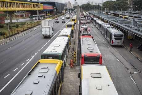 Motoristas e cobradores de ônibus fazem paralisação no Terminal Parque Dom Pedro ll, em São Paulo