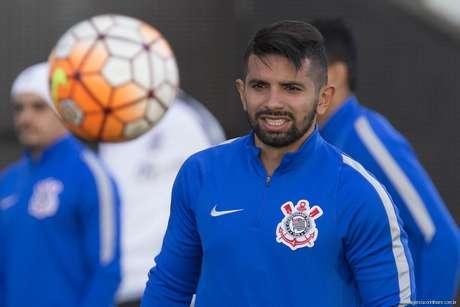 Corinthians erra, perde de virada para o Vitória e amplia má fase