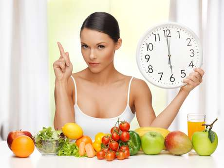 Os nutrientes necessários para um sorriso bonito e saudável são o cálcio, fosfato, as vitaminas A, C, D e o balanço protéico-energético