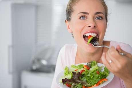 Quando a saliva se encontra reduzida ou mais viscosa do que o normal, aumenta a possibilidade de se criar uma barreira na língua que dificulta o contato dos alimentos com as papilas gustativas