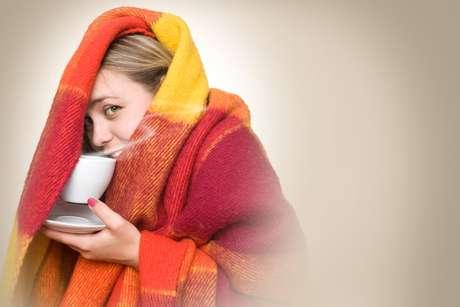 Perdigotos são aquelas gotículas que saem da nossa boca e nariz quando tossimos ou espirramos. Apesar de parecerem inofensivas, elas são capazes de alcançar grandes distâncias levando um possível vírus até outra pessoa