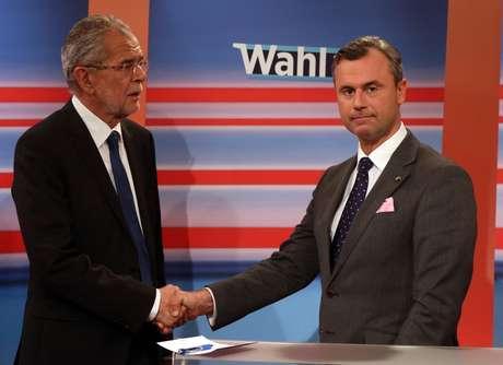 Los candidatos Alexander Van der Bellen y Norbert Hofer se estrechan la mano mientras se dan a conocer los resultados de la elección presidencial en Viena, el domingo 22 de mayo de 2016. Van der Bellen ganó la elección presidencial de Austria, se informó el lunes.