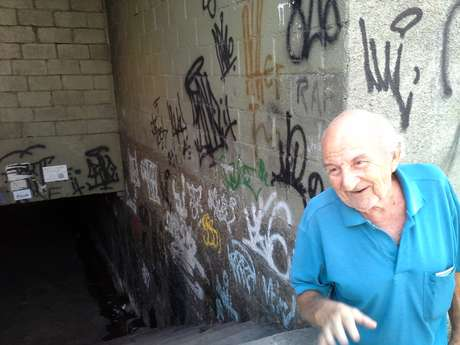 Rubens Viana, 82, aposentado, diz ter medo de passar pela passagem sob a linha do trem, a menos de 100 metros do Engenhão