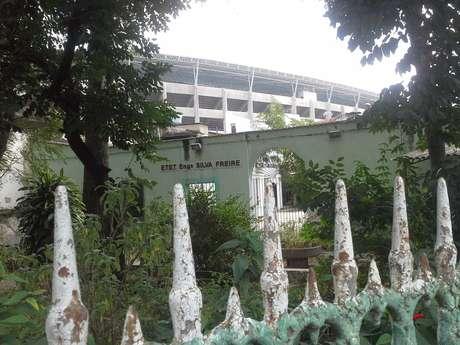 Terreno abandonado de escola desativada, geminada ao Engenhão, serve de esconderijo para ladrões que atuam no entorno do estádio