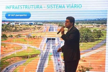 O  secretário  adjunto   de  Mobilidade  do  Distrito Federal,  Fábio  Damasceno,  explica  as  ações incluídas no programa