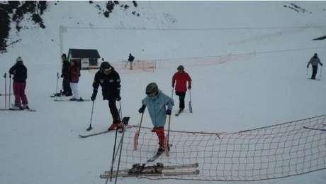 Santiago gosta de aprender novas atividades e inclusive aprendeu a esquiar
