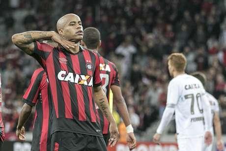 Furacão fez o dever de casa e conheceu seu primeiro triunfo no Brasileirão: 2 a 1