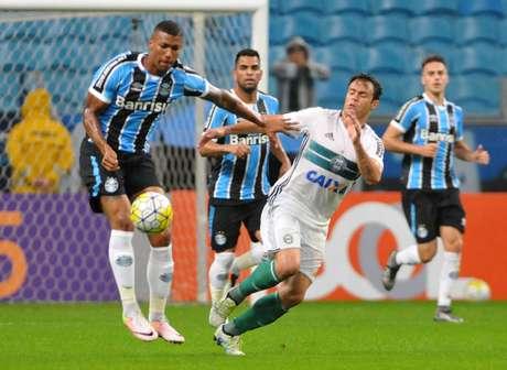 Com Everton fazendo a diferença, gremistas vencem Coritiba por 2 a 0 e, beneficiado pelo tropeço do Santa Cruz, assume a ponta - com o rival Internacional em seus calcanhares