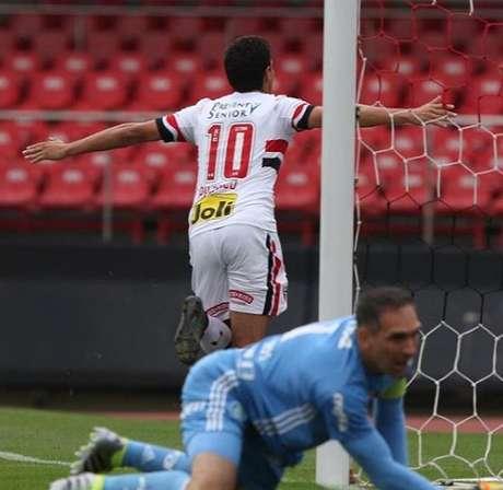 Ganso, de cabeça, marcou o gol que garantiu a vitória do São Paulo sobre o rival Palmeiras, no Morumbi