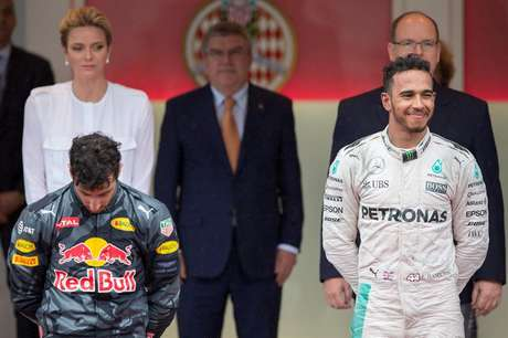 Daniel Ricciardo ao lado do vencedor Lewis Hamilton