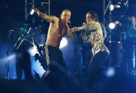 """ARCHIVO - René Pérez, izquierda, de la banda puertorriqueña Calle 13, canta con su hermana Ileana Cabra, durante un concierto en Lago Agrio, Ecuador en una fotografía de archivo del 3 de mayo de 2014. Cabra lanzará su álbum solista """"Ilevitable"""" e 3 de junio de 2016. Cabra incluyó dos canciones de su fallecida abuela Flor Amelia de Gracía."""