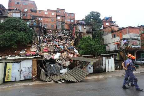 Casas desabam na rua Pasquale Galupi, em Paraisópolis, na zona xul de São Paulo