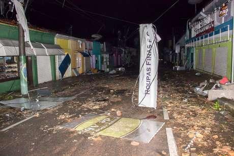 A região central ficou destruída, com dezenas de árvores arrancadas e prédios comerciais arrasados.
