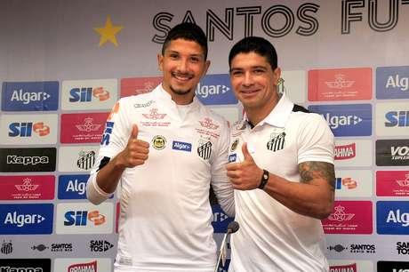 Yuri foi apresentado ao Santos ao lado do ídolo Renato