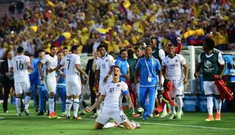 Colombianos foram superiores na primeira etapa e marcaram os gols da vitória antes do intervalo. Situação dos paraguaios é delicada, briga por vaga com os donos da casa