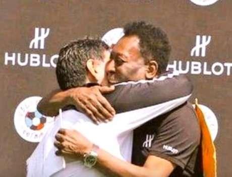 Pelé e Maradona prometeram acabar com a discussão de quem foi melhor com um abraço em amistoso na França