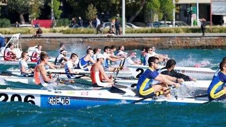 Essa modalidade esportiva é bastante peculiar, pois nela todo o corpo do atleta deve se mover, enquanto a cabeça deve permanecer fixa, pois do contrário o barco vira
