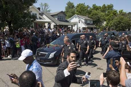 Multidão acompanha cortejo do corpo de Muhammad Ali pelos Estado Unidos