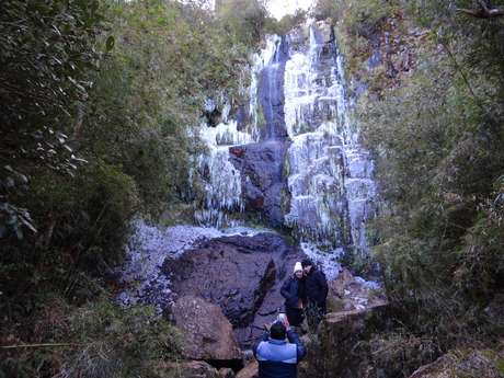 Cachoeira congelada fez a alegria dos turistas em Urupema