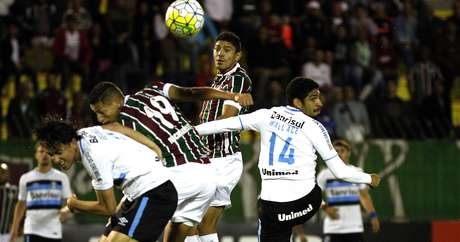 Lance de ataque do Fluminense sobre a defesa do Grêmio