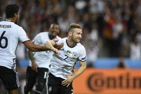 Germânicos fizeram 2 a 0, com gols de Mustafi e Schweinsteiger