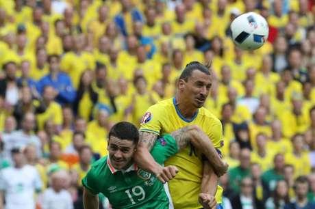 Ibra participou do gol sueco, marcado por Clark, contra