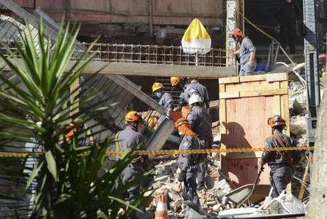 São Paulo - Bombeiros procuram mulher soterrada nos escombros de Igreja da Assembleia de Deus que desabou na tarde de ontem (15) em Diadema, no ABC Paulista