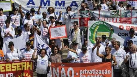 Servidores da saúde durante protesto; crise na área foi citada pela imprensa internacional