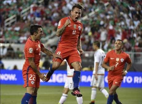 Vargas comemorou em partida fantástica dos chilenos (Foto: Omar Torres/AFP)