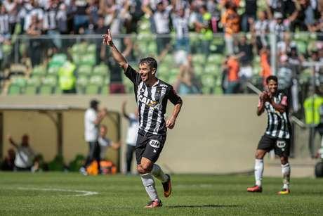 Leandro Donizete faz gol na partida entre Atlético-MG e Ponte Preta