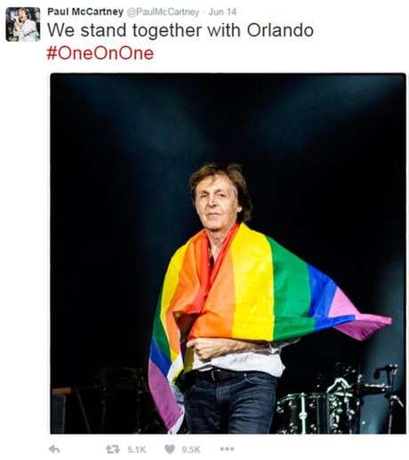 Paul McCartney se enrolou na bandeira durante show na Alemanha