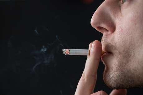 O fumo é um dos maiores fatores de risco para o desenvolvimento do câncer nessa região, principalmente quando associado ao etilismo crônico (uso de bebidas alcoólicas) que potencializa a agressão