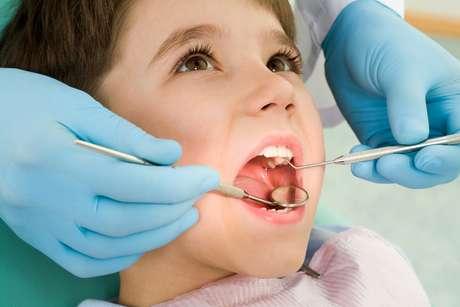 Segundo a Associação Brasileira de Odontopediatria, as visitas ao dentista devem começar a acontecer o mais cedo possível, de preferência a partir dos seis meses de vida